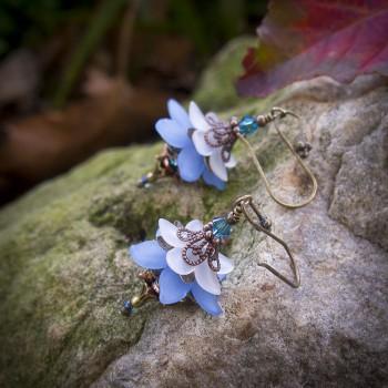 Boucles d'oreilles clochettes féeriques et romantiques couleur blanc et bleu