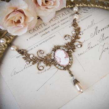 Collier vintage camée rose en métal bronze et perles nacrées
